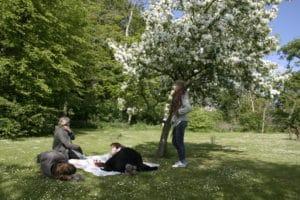 Hygge i haven på højskolen