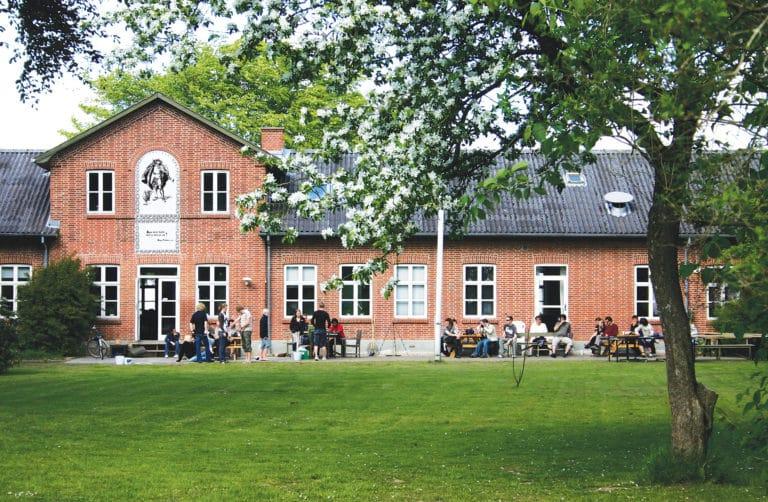 Vrå Højskole - Hovedbygningen set fra haven