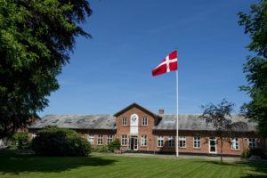 Vrå Højskole set fra haven