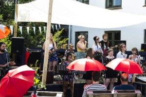 Højskole band spiller musik i gården