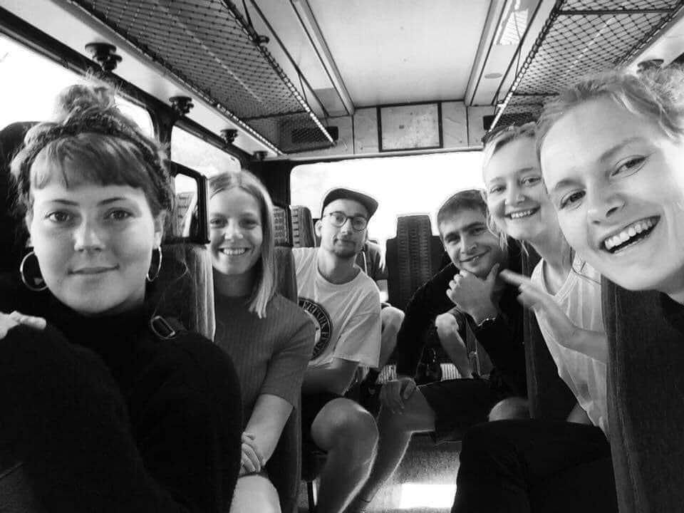 Julie og Maria med elever i bus
