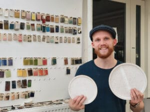 Billede af Gustav der holder to tallerkener han har drejet