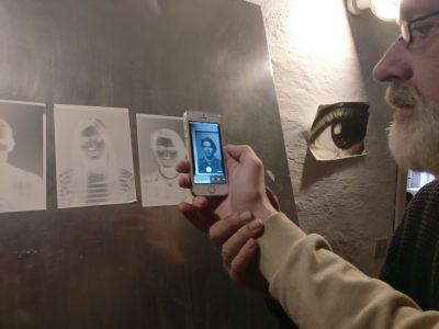 negative papirbilleder og mobiltelefon i foto
