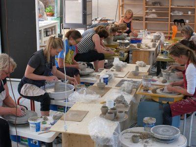Fuld fart på drejeskiverne - Klassisk Keramik - Drejeteknik på Vrå Højskole